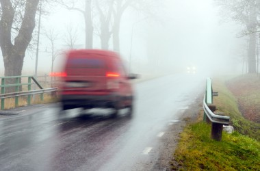 "Фото: Open windows, ""adjust white balance"", monitor the curb: traffic police tips on driving in the fog"